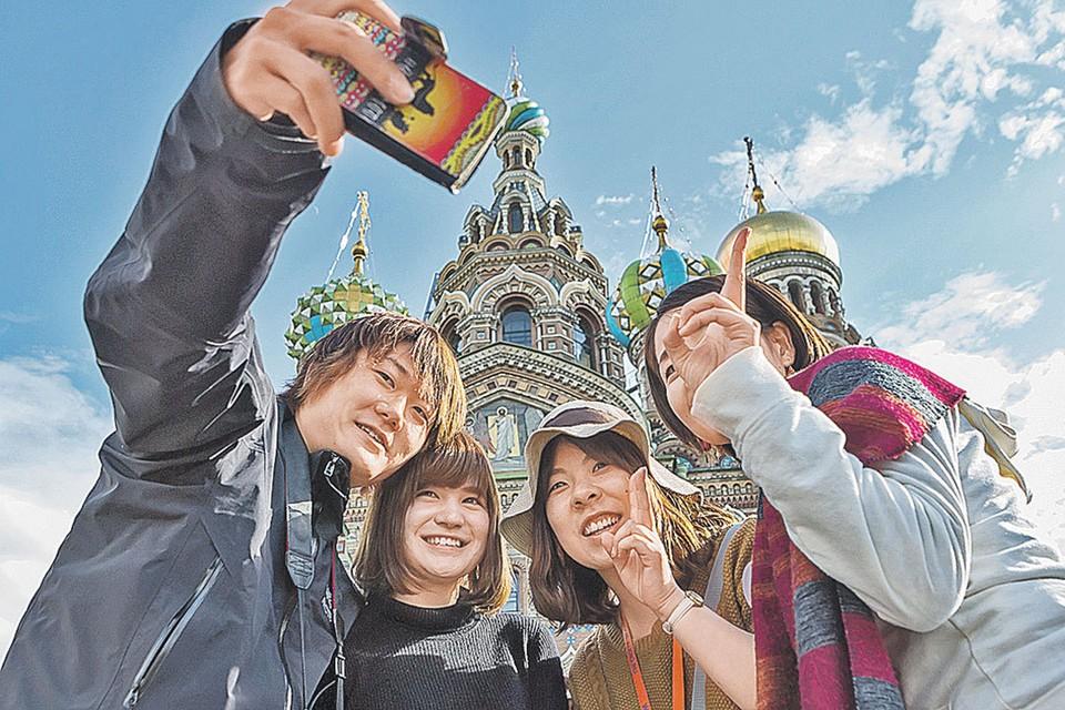 Китайских туристов в Петербурге очень много, но серьезного вклада в экономику города они пока не вносят.