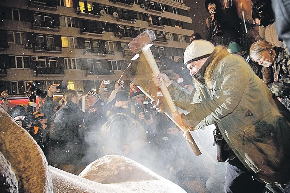 В декабре 2013 года сторонники майдана повалили памятник Ленину в Киеве. Сейчас на Украине подумывают продолжить эту «славную традицию» и переключиться на других исторических персон, например Екатерину II.