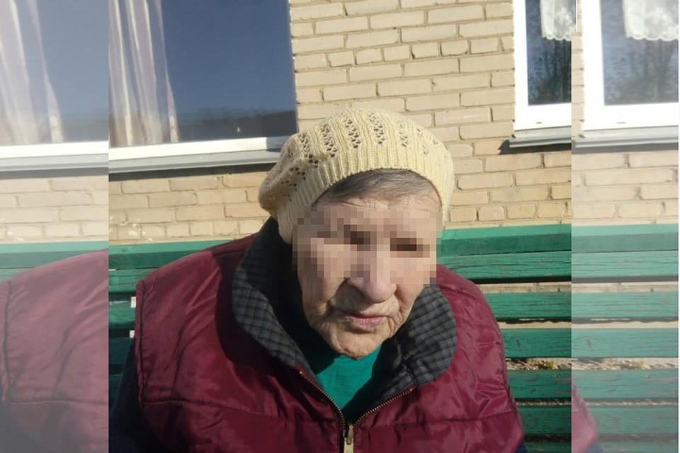 """Мама Ольги на фоне дома престарелых """"Золотая осень"""". Фото из личного архива героини материала."""