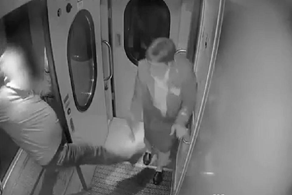 """Мужчина руками и ногами бил начальницу поезда """"Петербург - Вологда"""""""
