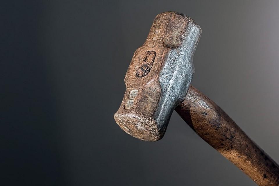 Один из нападавших бил своего директора молотком по коленным чашечкам. Фото: pixabay.com.