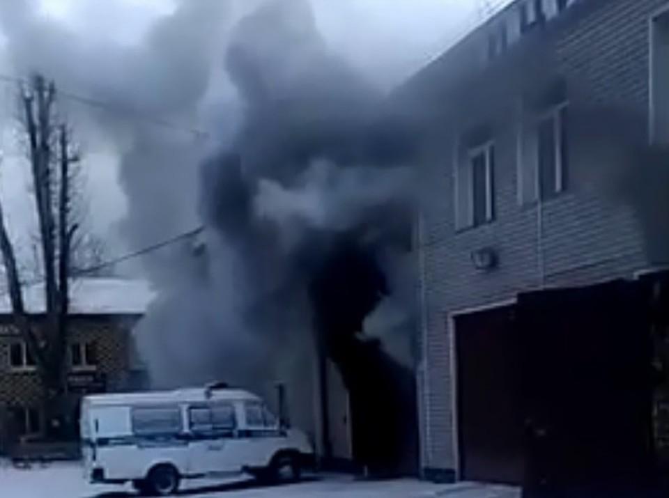 """Очевидцы сообщили о пожаре в отделе полиции в Красноярске. Фото: стоп-кадр """"Омбудсмен полиции""""."""