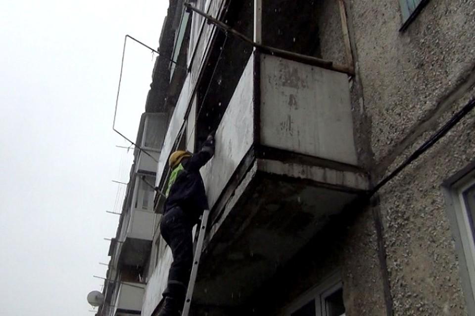 Штурмовая лестница помогла спасти 90-летнюю кемеровчанку. ФОТО: пресс-служба администрации города Кемерово