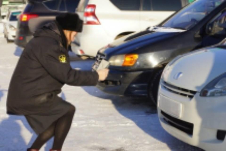 Автолюбителя в Хабаровске приставы коварно подкараулили на парковке