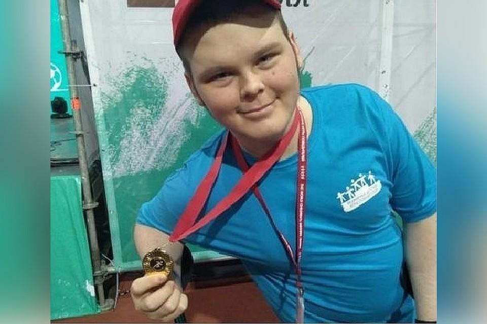 Денис Рохмистров с медалью Всемирных игр победителей. Фото: из личного архива семьи