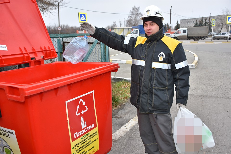"""Для пластика на заводе установлены специальные контейнеры. Фото: АО """"СНПЗ"""""""