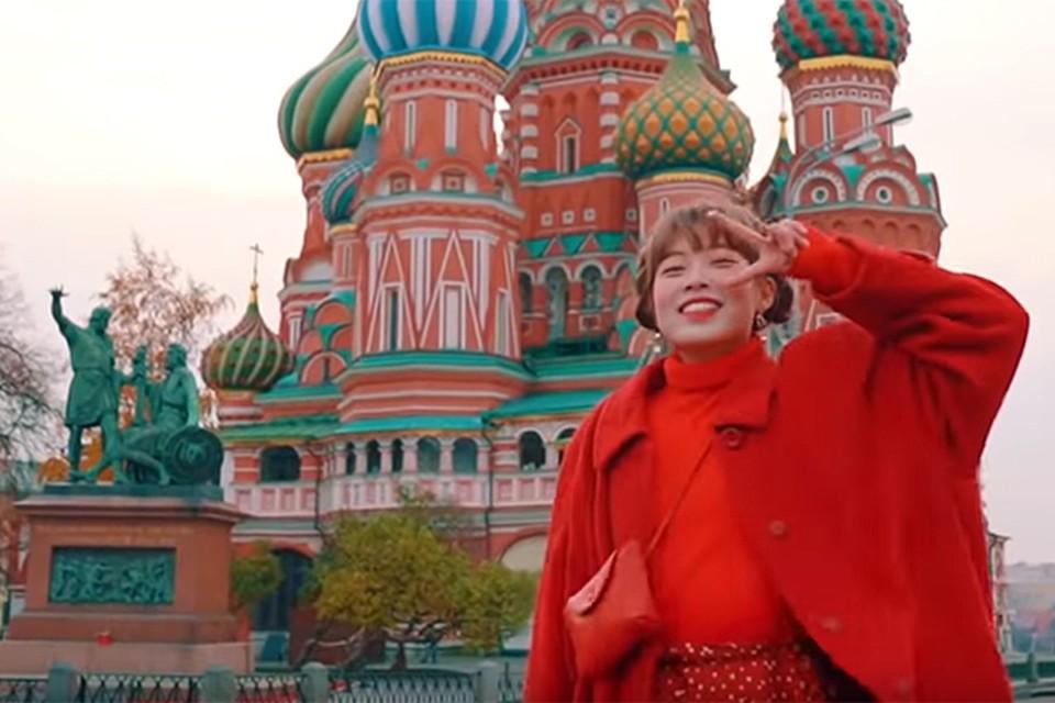 На видео улыбающаяся девчушка прогуливается по основным достопримечательностям столицы