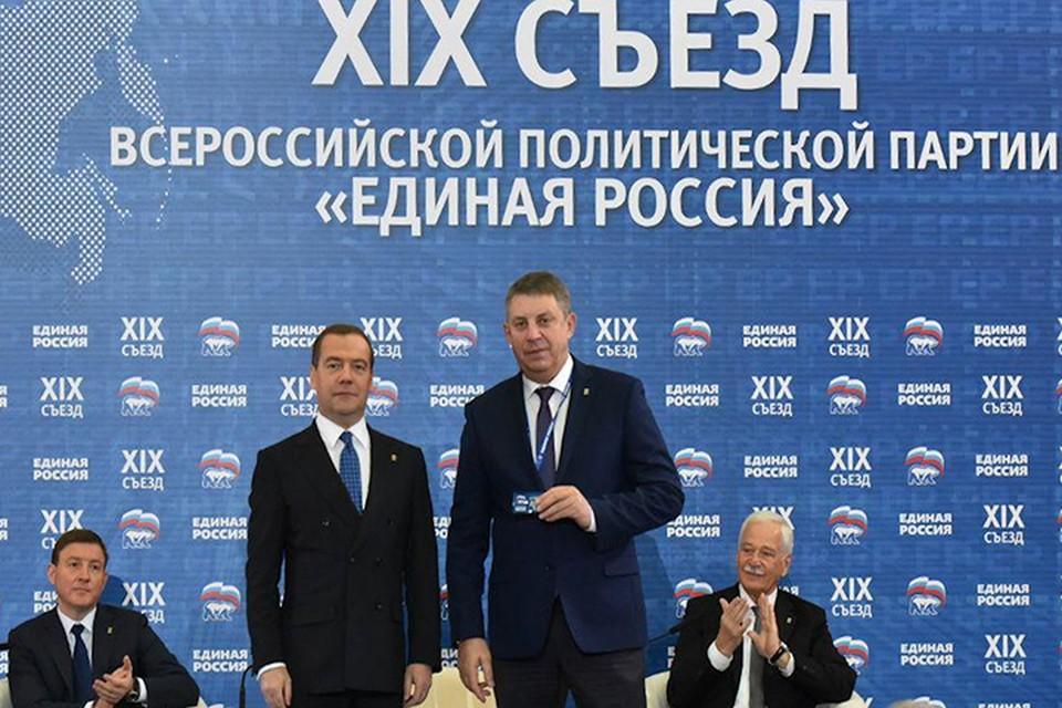 Александру Богомазу вручили партийный билет.