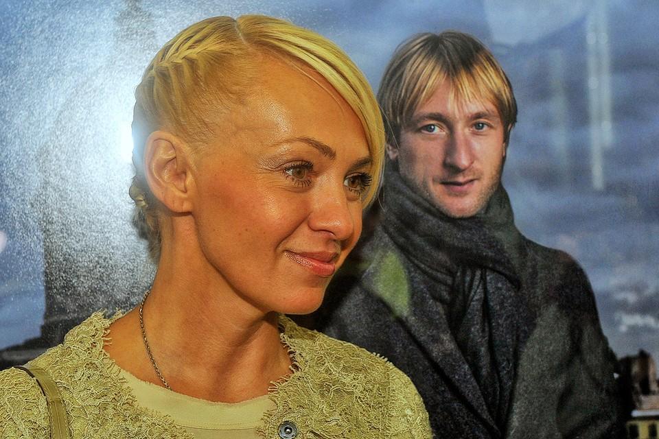 Яна Рудковская у портрета мужа.