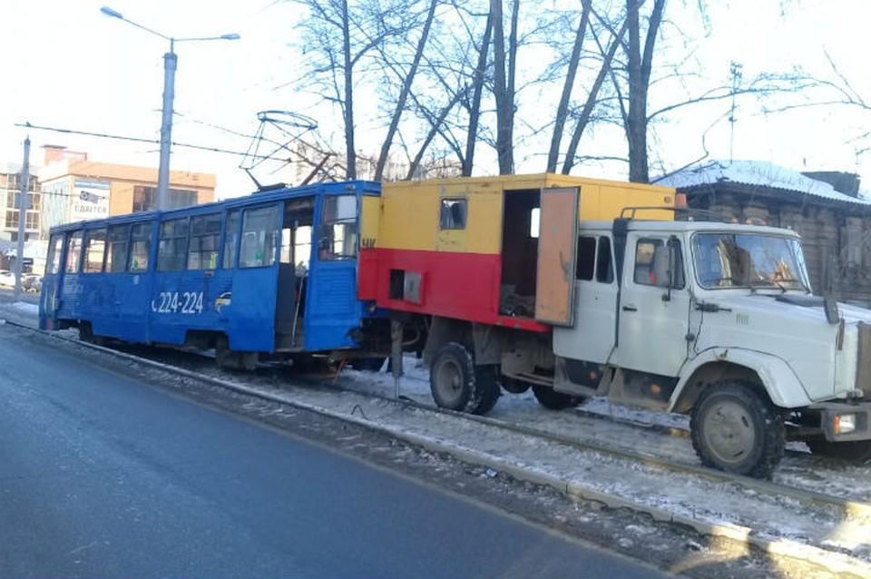 Трамвай сошел с рельсов на улице Партизанской в Иркутске