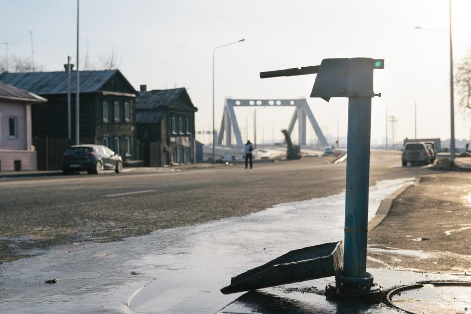 Рядом с современным мостом люди по-прежнему вынуждены носить воду из колонок