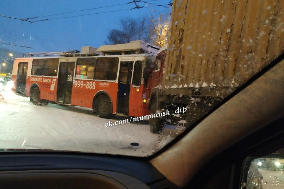 Троллейбус и грузовик не поделили дорогу. Фото: vk.com/murmansk_dtp