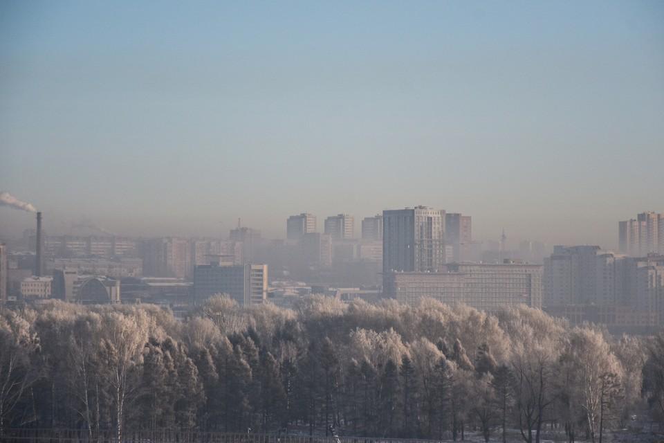 Над городом в инее навис смог.