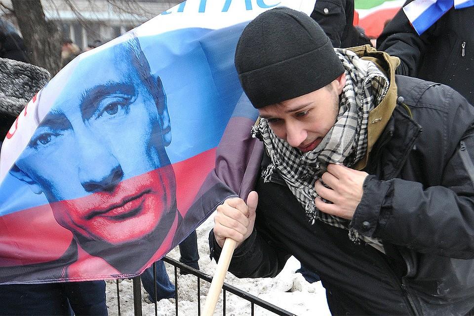 """Участник митинга """"Защитим страну"""" в поддержку кандидатуры Владимира Путина на предстоящих выборах президента, февраль 2012 года."""
