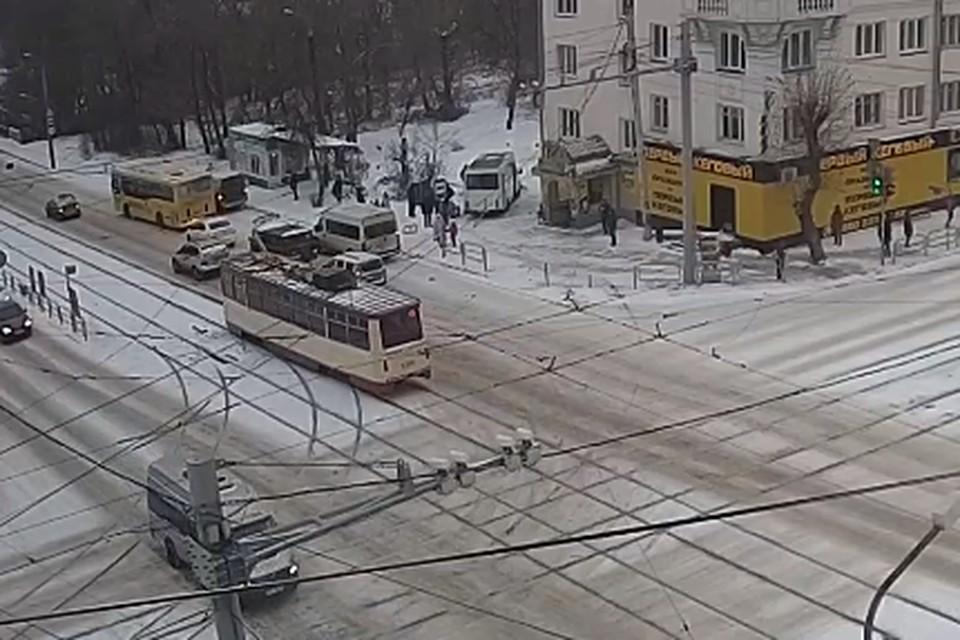 Маршрутка вылетела на остановку в Челябинске.