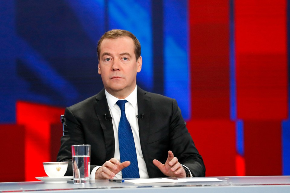 Дмитрий Медведев во время интервью представителям телеканалов.