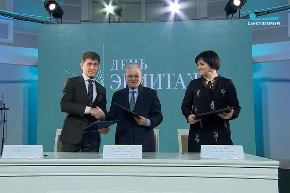 Церемония подписания прошла в атриуме Главного штаба Эрмитажа в Санкт-Петербурге.