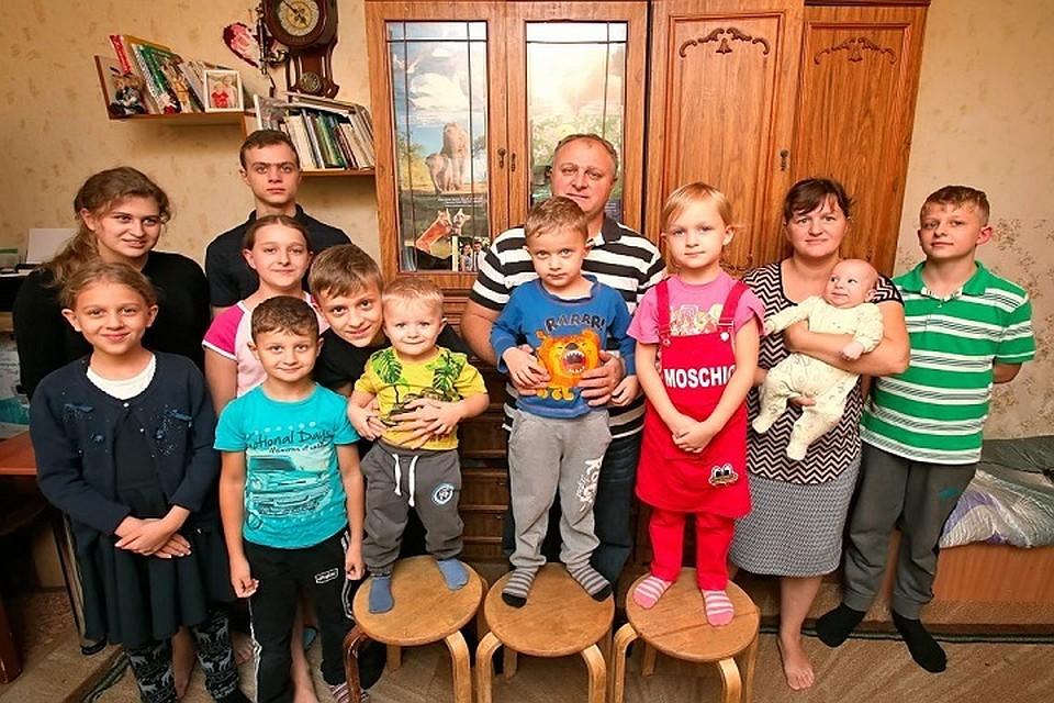 Стань волшебником: многодетной семье с 11 детьми, переехавшей из Молдовы в Воронеж, весь город собирает деньги на новогодние подарки