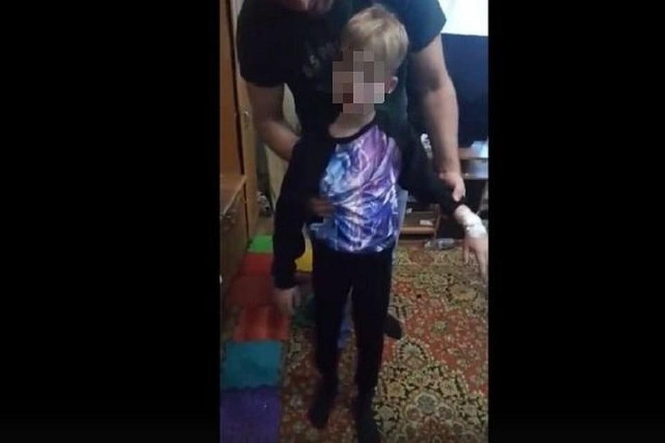 Мальчик на видео не откликается на свое имя. Стоп-кадр.