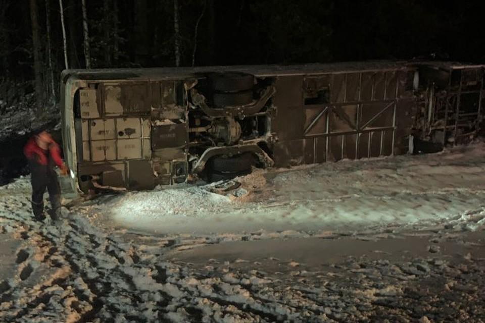 Автобус упал на бок в восьмом часу утра по местному времени. Фото: Данил Чернышов