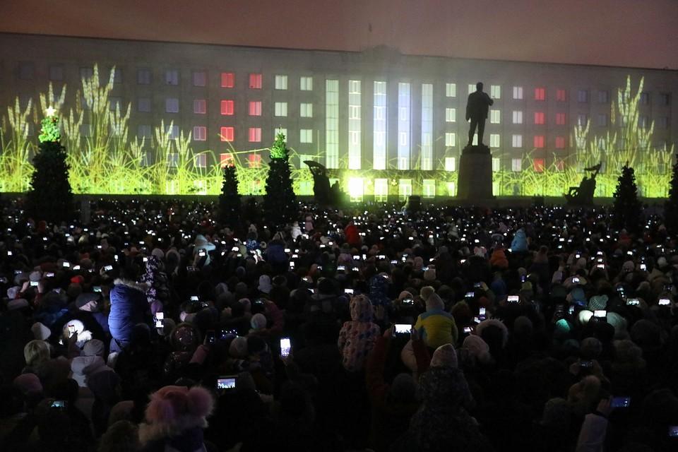 Огни телефонов на площади Ленина