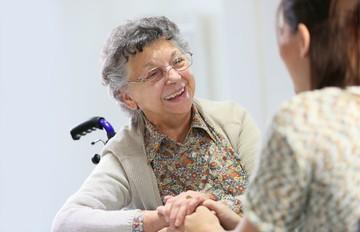 В столице приглашают волонтеров для новогодних поздравлений пожилых людей