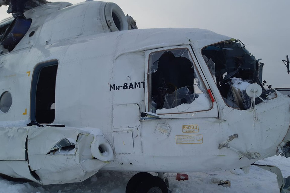 Завалившийся на бок вертолет совершил жесткую посадку в Красноярском крае. Фото: ГУ МЧС по Красноярскому краю