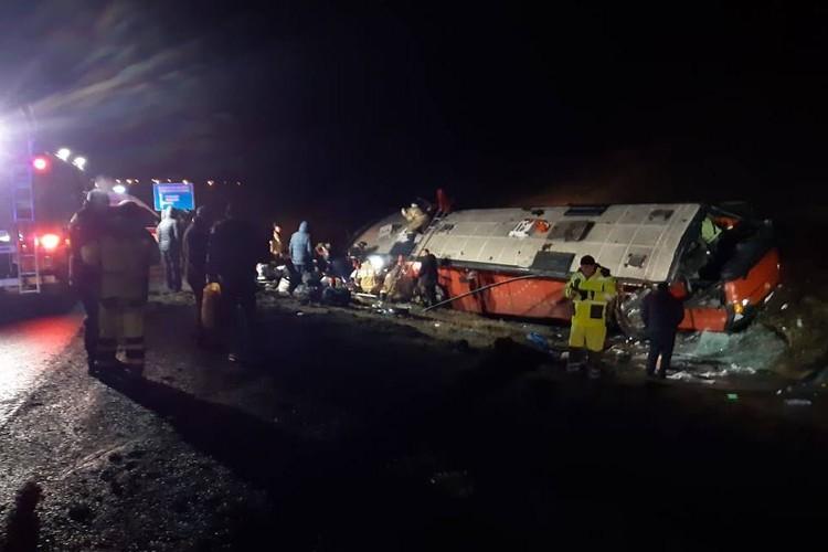 На месте работают медики и спасатели