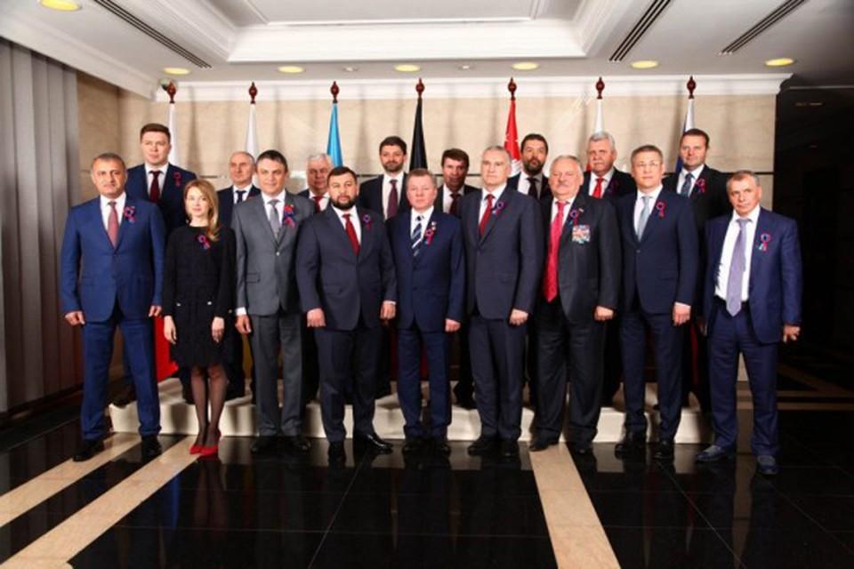 Глава ДНР Денис Пушилин и руководители иностранных делегаций. Фото: https://e-news.su/