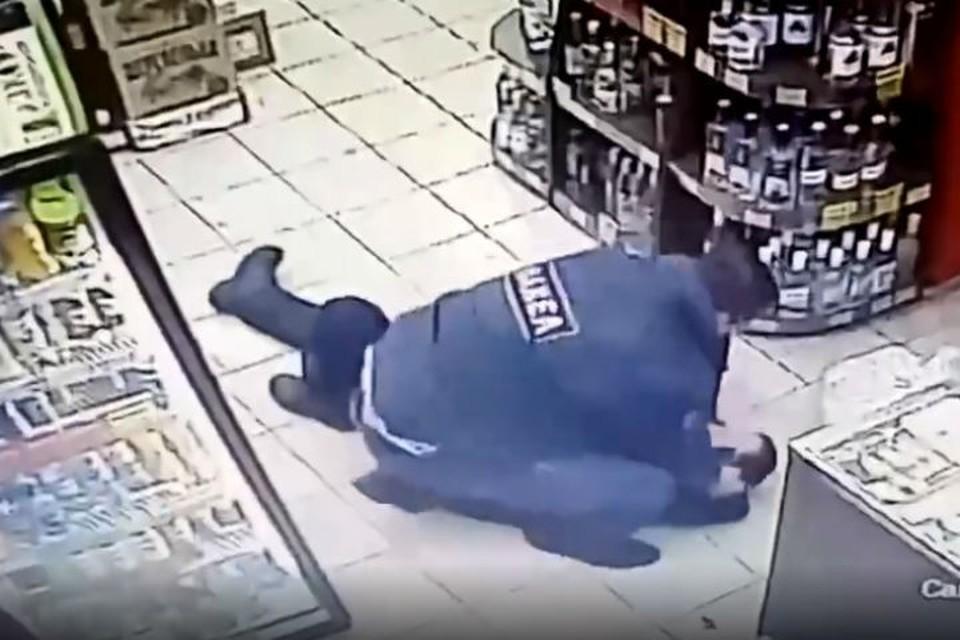 В Нижнем Новгороде ЧОПовцы избили покупателя, нахамившего продавцу.