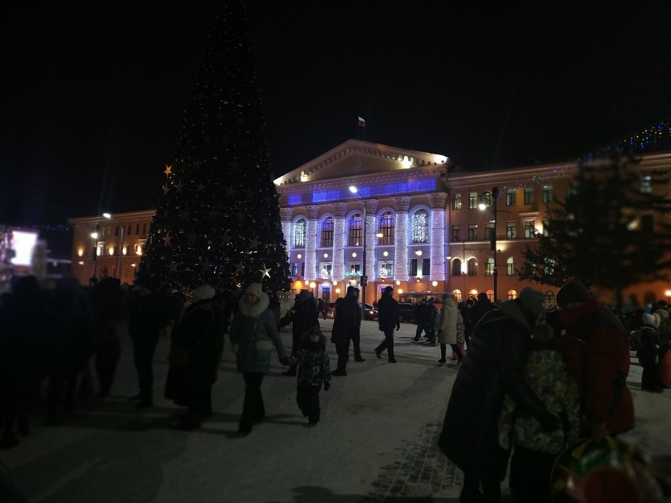 В дни новогодних каникул на главной площади всегда много народа