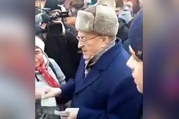 Жириновский раздал деньги на Красной площади «сиротам» и «холопам»
