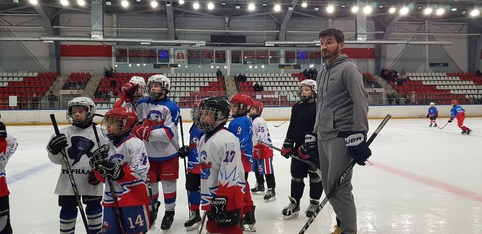 Фото из группы «Псковский хоккей» в социальной сети «ВКонтакте». Мастер-классом юные спортсмкены остались довольны.