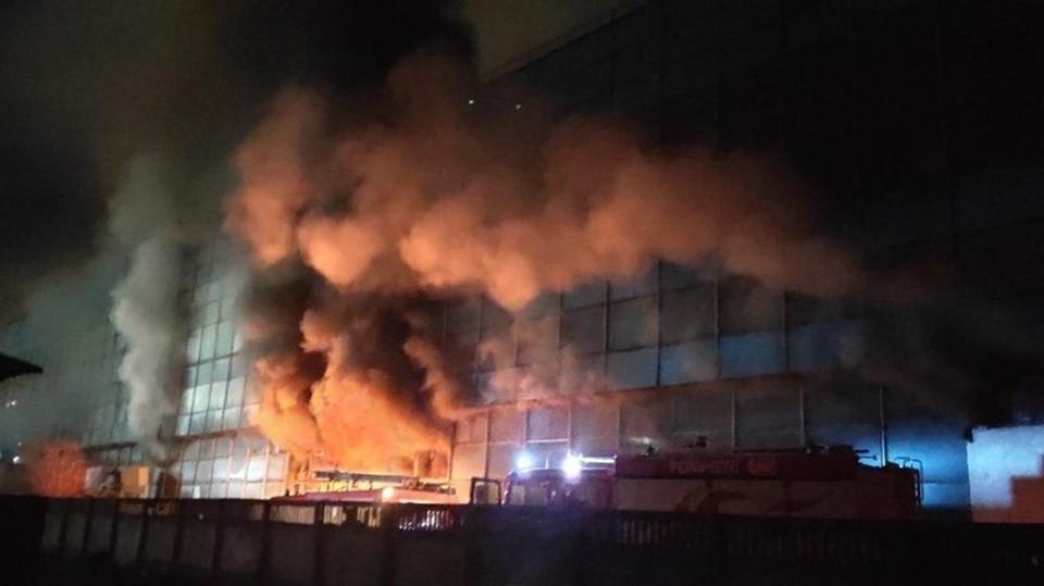 В секторе Рышкановка загорелось четырехэтажное здание склада
