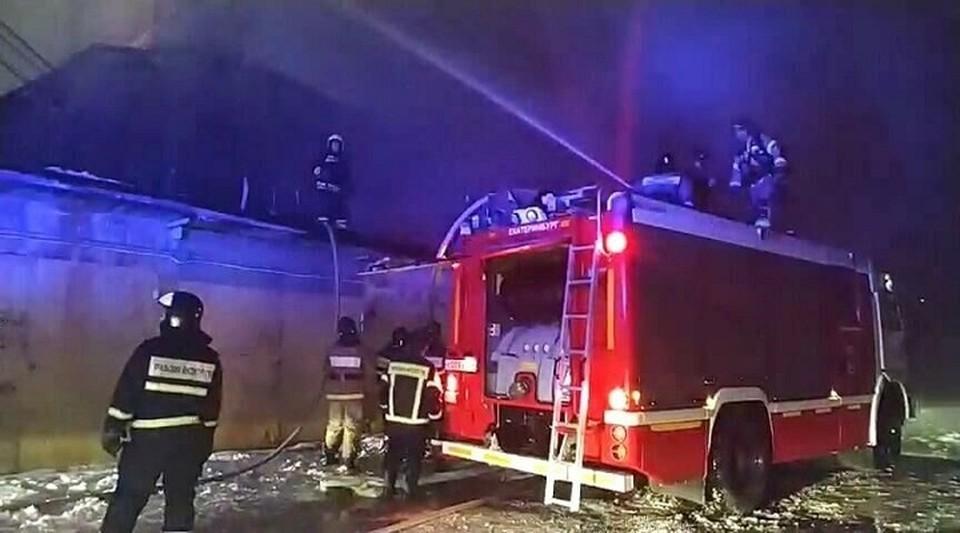 Огнеборцы справились с возгоранием здания в Мегионе. Фото МЧС ХМАО.