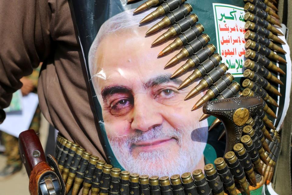 Портрет убитого генерала Касема Сулеймани во время митинга хуситов в Йемене.