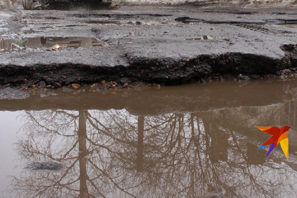Из-за огромной ямы на дороге десять машин под Рязанью пробили колеса.