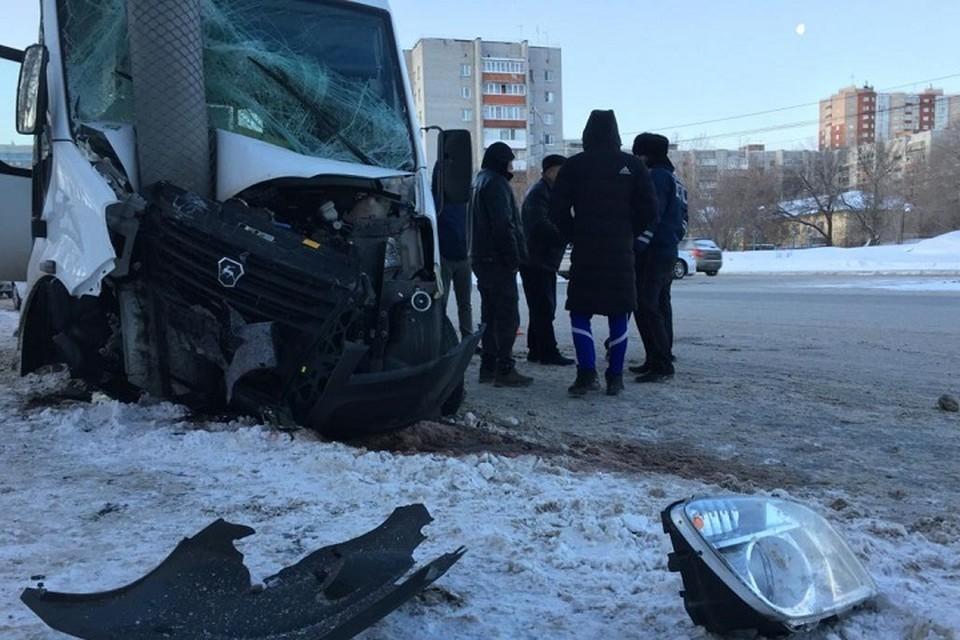 В Тюмени семь человек пострадали в ДТП с участием маршрутки, влетевшей в столб на полном ходу. Фото: Николай Ступников (Тюменская линия)