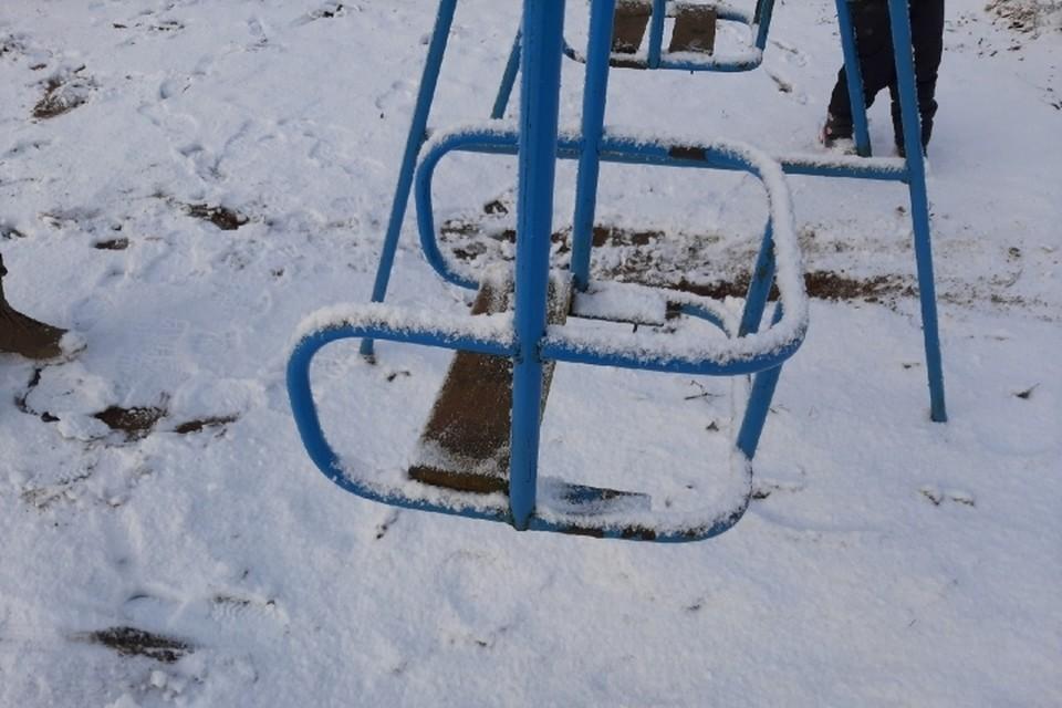 Качели с гвоздями еще не главная претензия общественников к детской площадке в деревне Большая Пустомержа. Фото: vk.com/civilpatrol