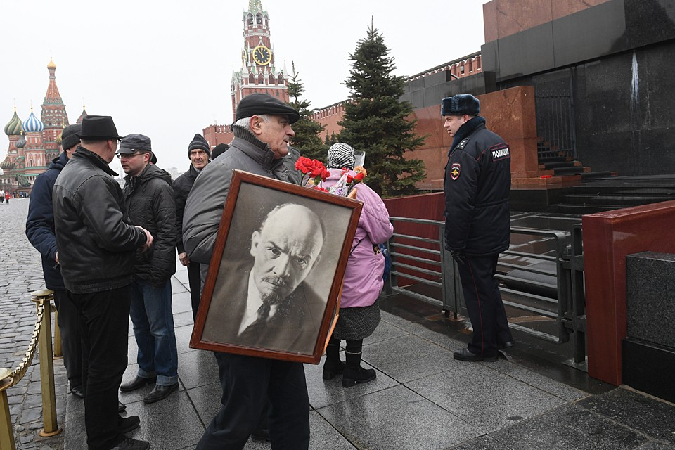 Вопрос — что делать с Лениным и с мавзолеем,в котором он лежит — давным-давно перезревший