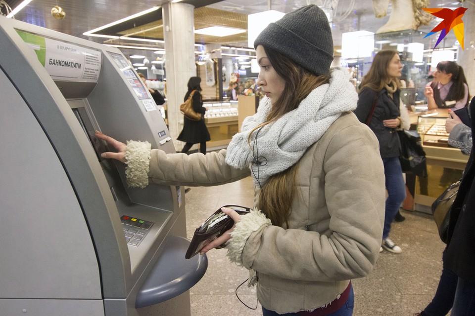 """За платежи в кассах банков комиссии берут уже давно. С 1 января """"Белпочта"""" также стала взимать 60 копеек"""