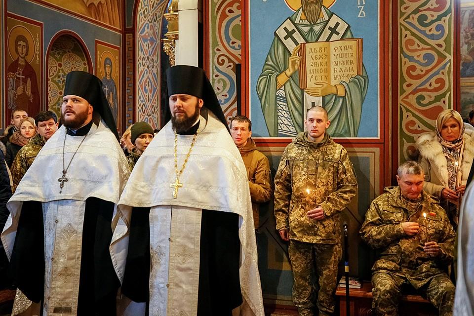 Они не чувствуют себя виноватыми, ни тогда, ни сейчас. В День украинской соборности они проводят молебен в память о погибших «героях небесной сотни»