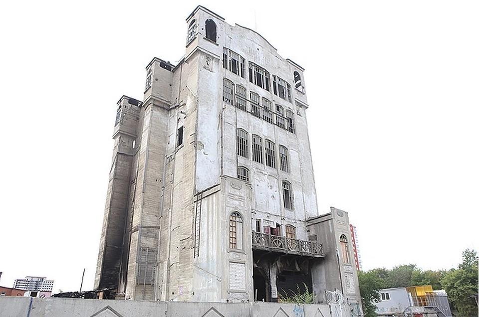 От элеватора, построенного в 1914-1918 годы, осталась только центральная часть