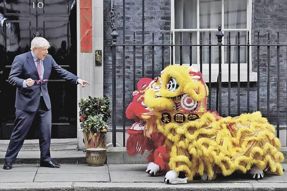 Премьер Борис Джонсон радуется как ребенок красочному представлению на китайский Новый год. Но ближайшее будущее тревожно, ведь вслед за брекситом может затрещать и само Соединенное Королевство. Фото: Toby Melville/REUTERS