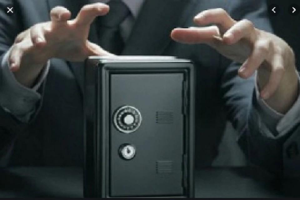 Воры вынесли сейф, в котором находилось несколько десятков тысяч долларов.