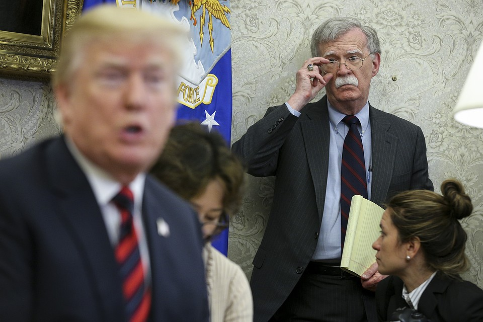 Джон Болтон и Дональд Трамп в Овальном кабинете, 2018 год.