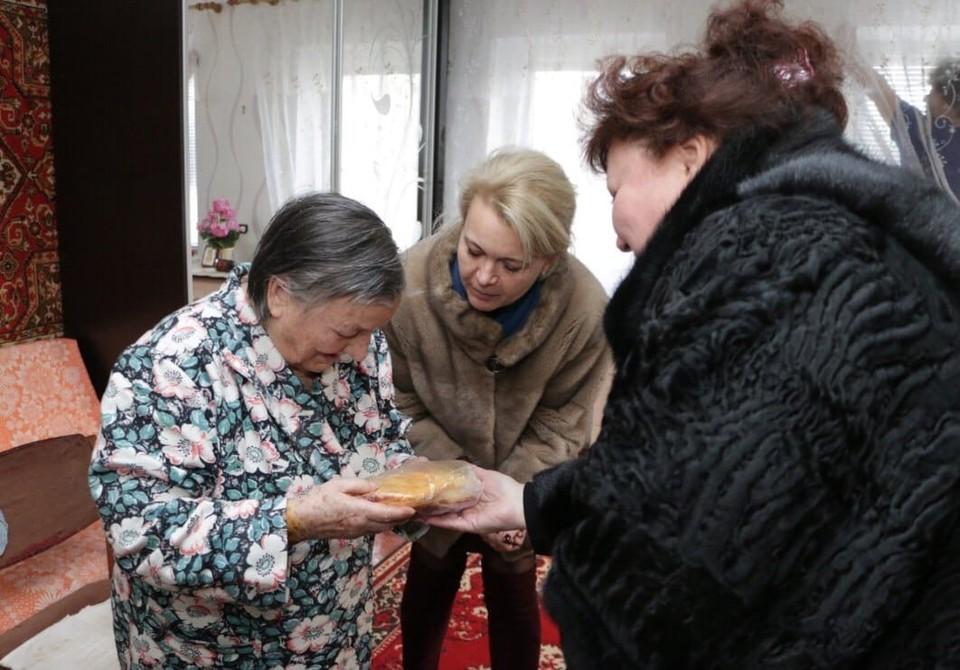 Жителям Керчи, пережившим блокаду Ленинграда подарили медали, цветы и хлеб. Фото: facebook.com