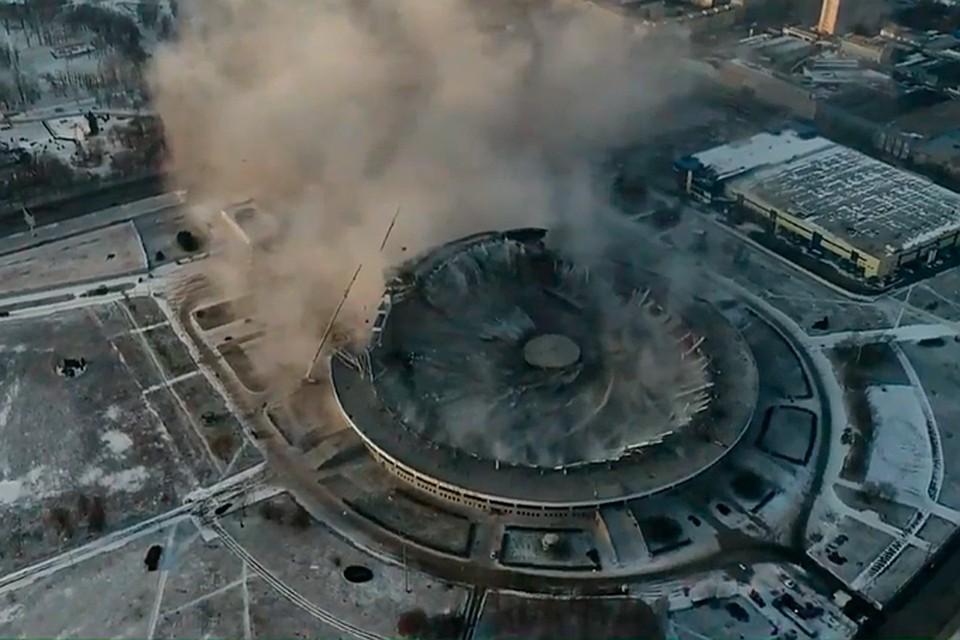 Во время демонтажа крыши СКК Петербургский рухнуло здание, погиб рабочий. Фото: скрин видео Фонтанка.ру