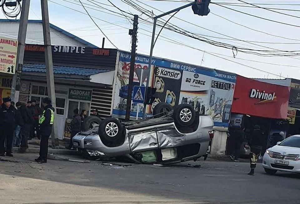 После удара один из автомобилей перевернулся.