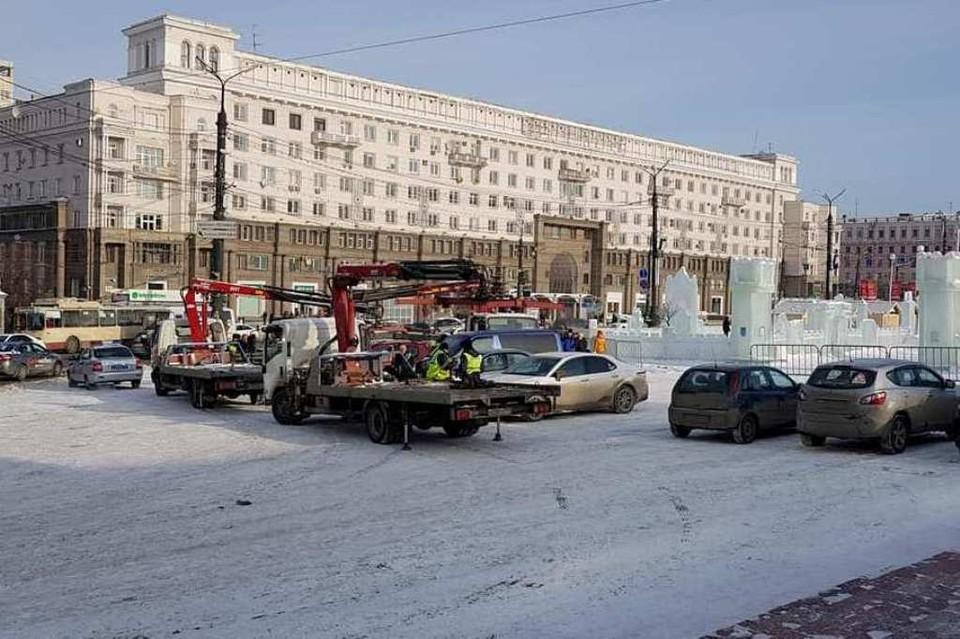 На площади Революции работают эвакуаторы. Фото: Денис Ни.